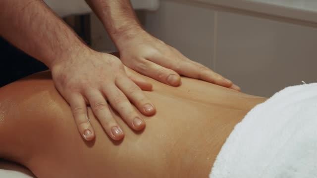 donna che ha un massaggio - dorso umano video stock e b–roll