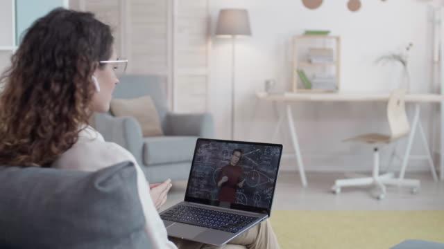 vídeos de stock, filmes e b-roll de mulher com cursos educativos online - salas de aula