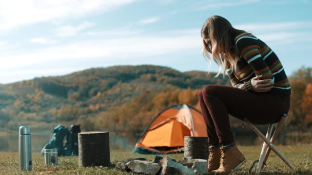 Frau mit Magenschmerzen auf camping-Ausflug am See – Video