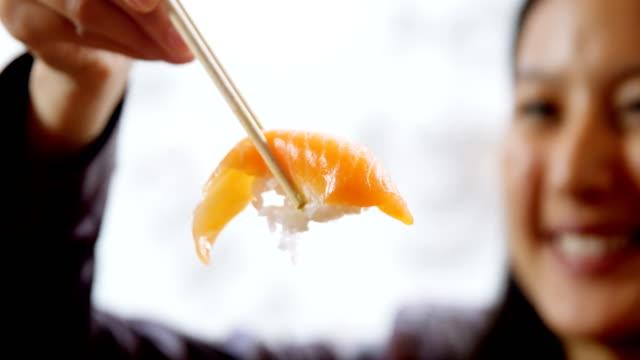 4 k のレストランで寿司を食べている女性 ビデオ