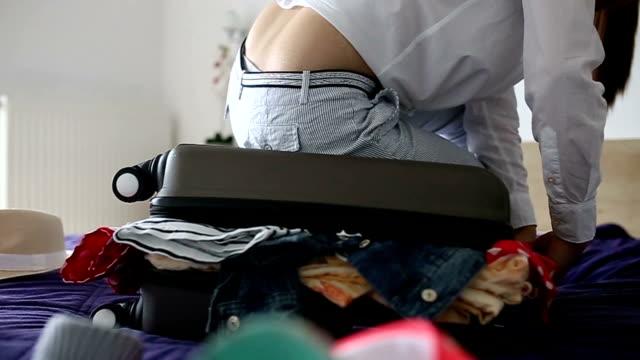 donna avendo problemi di imballaggio - donna valigia solitudine video stock e b–roll