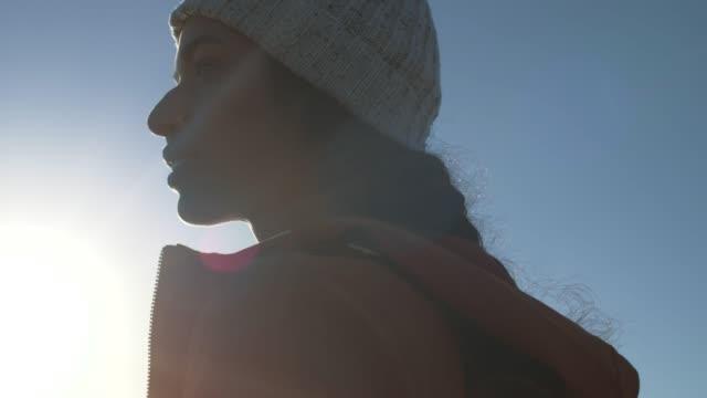 vídeos y material grabado en eventos de stock de mujer excursionista de pie al aire libre y mirando alrededor - abrigo