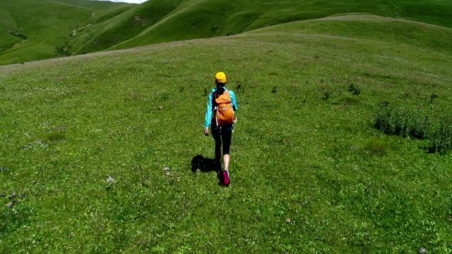 Frau Wanderer zu Fuß auf Mountain Top Grünland – Video