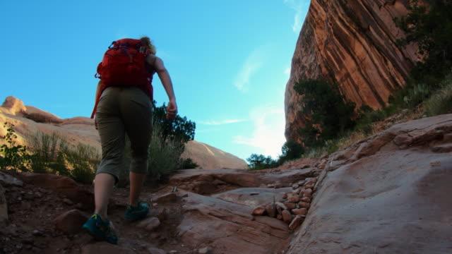 モアブ近くの渓谷でハイキングする女性 - 国立公園点の映像素材/bロール