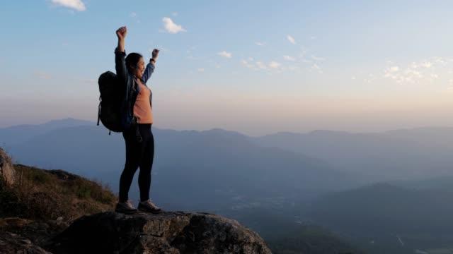 여자 머리 축 하 성공, 슬로우 모션 손과 산의 정상에 하이킹 - 레저 활동 스톡 비디오 및 b-롤 화면