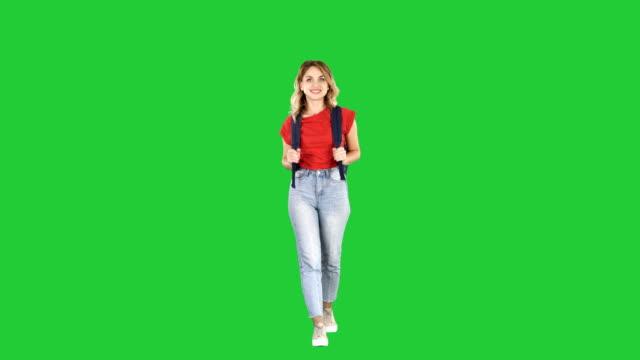 kadın sırt çantası ile yeşil ekranda chroma key yürüyen genç kadın modeli hiking - sırt çantası stok videoları ve detay görüntü çekimi