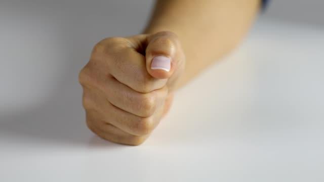 woman hitting a fist on the desk - colpire con un pugno video stock e b–roll
