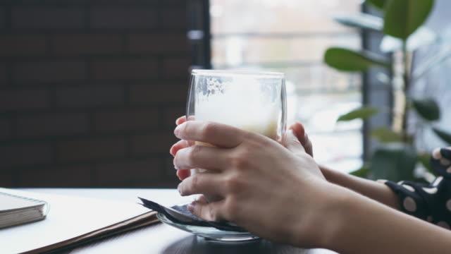 kvinna som håller ett glas kaffe - tefat bildbanksvideor och videomaterial från bakom kulisserna