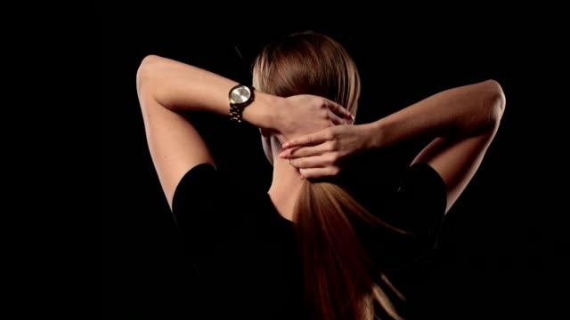 vídeos de stock e filmes b-roll de woman holding long hair and pulling blond hair - puxar cabelos