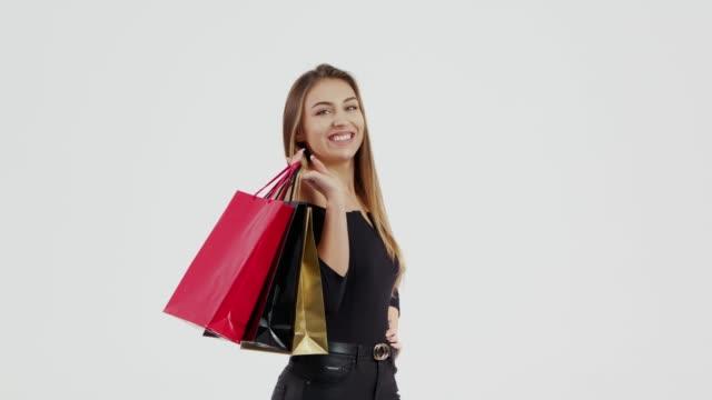 stockvideo's en b-roll-footage met vrouw met winkelen bag - black friday shop