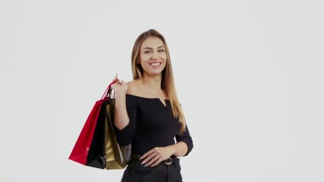 여자 쇼핑 가방을 들고 - black friday 스톡 비디오 및 b-롤 화면