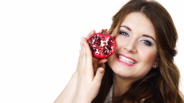 vídeos de stock e filmes b-roll de woman holds half of pomegranate fruit, isolated - romã