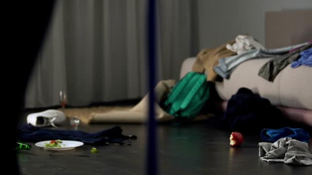 Frau entsetzt über Chaos after-Party in ihrer Wohnung, Reinigungs-service – Video