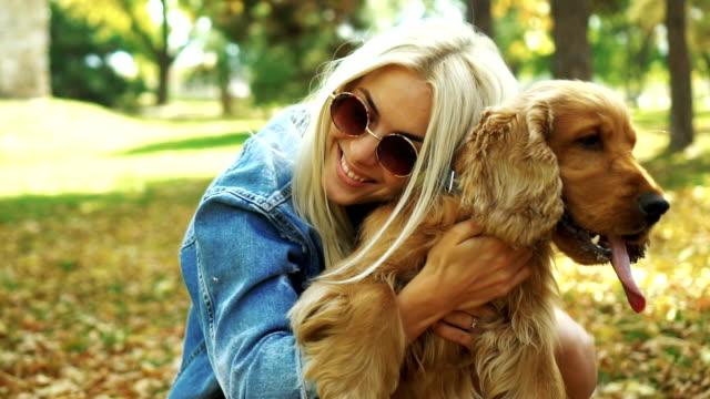 vidéos et rushes de femme embrassant son chien - femme seule s'enlacer
