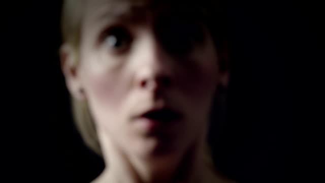 frau zeigen eine in panik von schwer atmen - atemübung stock-videos und b-roll-filmmaterial