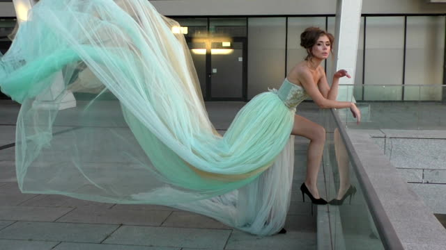 kvinna i en lång klänning stående. - aftonklänning bildbanksvideor och videomaterial från bakom kulisserna