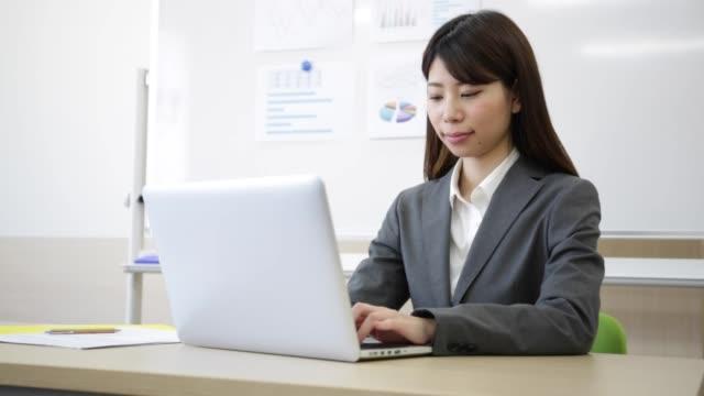 コンピュータを操作するスーツの女性 - パソコン 日本人点の映像素材/bロール