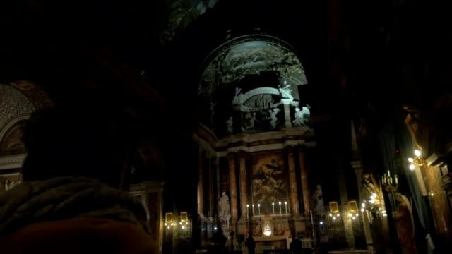 vídeos de stock e filmes b-roll de mulher na antiga igreja católica - going inside eye