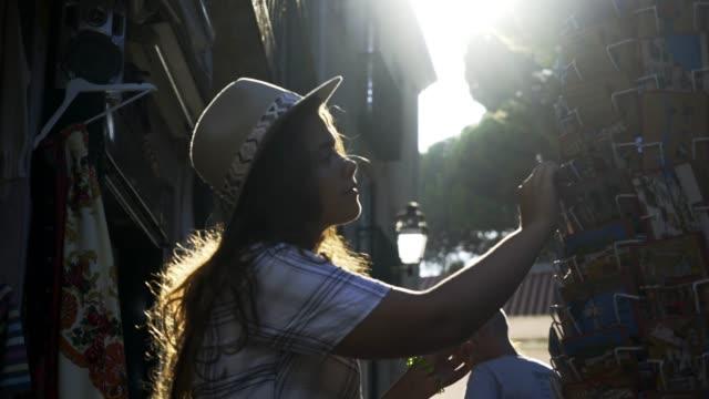 vidéos et rushes de femme en rétro-éclairé sur la rue - carte postale