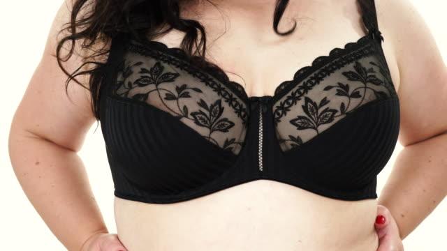 frau im schwarzen bh zeigt ihre brust brust - übergrößen model stock-videos und b-roll-filmmaterial