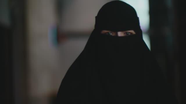 kvinna i svarta kläder hijab - endast en ung kvinna bildbanksvideor och videomaterial från bakom kulisserna