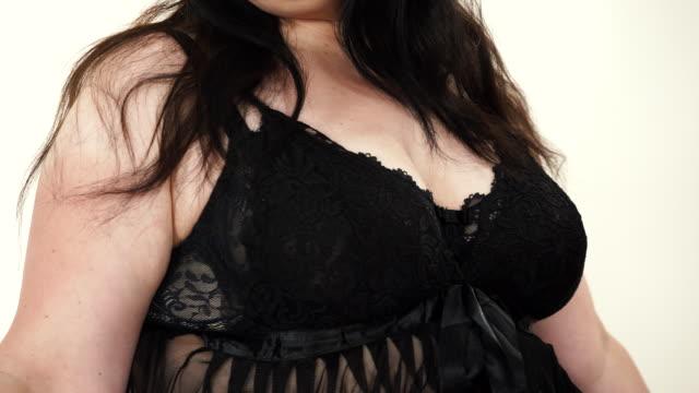 vidéos et rushes de femme en lingerie noire montrant sa poitrine. - décolleté