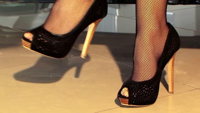 Femme en chaussures noires Wiggling carrés - Vidéo