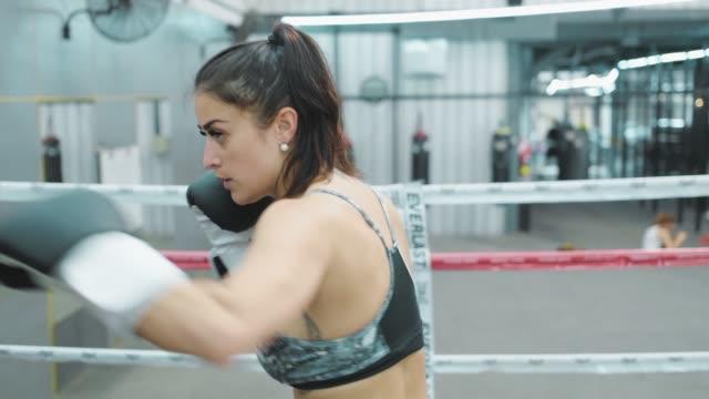 vídeos de stock, filmes e b-roll de uma mulher na aula de boxe com um treinador. - autodefesa