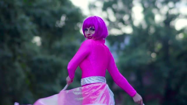 parlak giyim sokakta dans kadın - peruk stok videoları ve detay görüntü çekimi