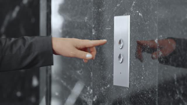 SLO, MO, DS Frau im business-Anzug bügeln Aufzug Knopf – Video
