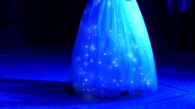 kvinna i klänning med led-lampor i 4k slow motion 60fps - aftonklänning bildbanksvideor och videomaterial från bakom kulisserna