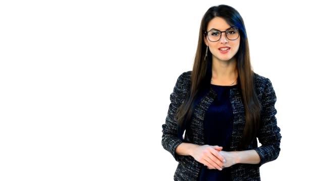 vídeos y material grabado en eventos de stock de mujer de gafas que presenta el espacio de la copia en blanco - encuadre cintura para arriba