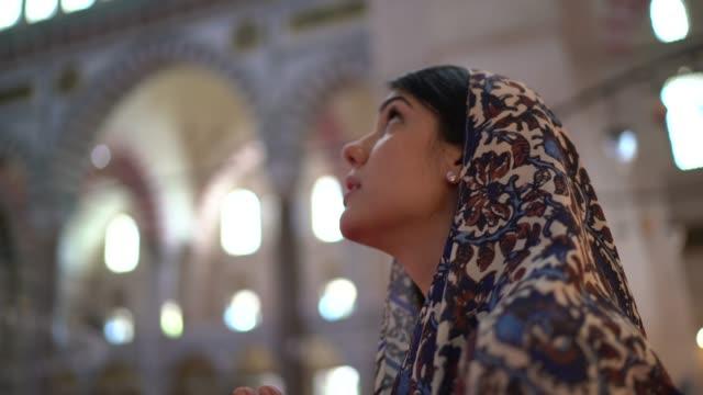 kvinna i huvudduk be i en moské, istambul, turkiet - moské bildbanksvideor och videomaterial från bakom kulisserna