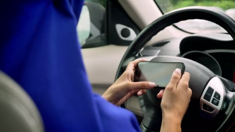 vídeos y material grabado en eventos de stock de mujer en mensajes de texto de hijab en teléfono detrás del uno mismo-conducción volante de un coche sin conductor piloto automático autónomo - independencia
