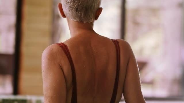 vídeos y material grabado en eventos de stock de mujer en el jacuzzi - cabello corto