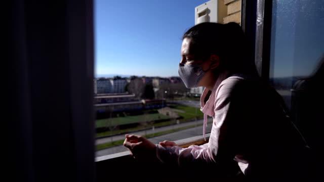 evde tecrit halindeki kadın - sırbistan stok videoları ve detay görüntü çekimi