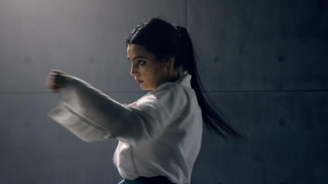空手の練習着物姿の女性 ビデオ