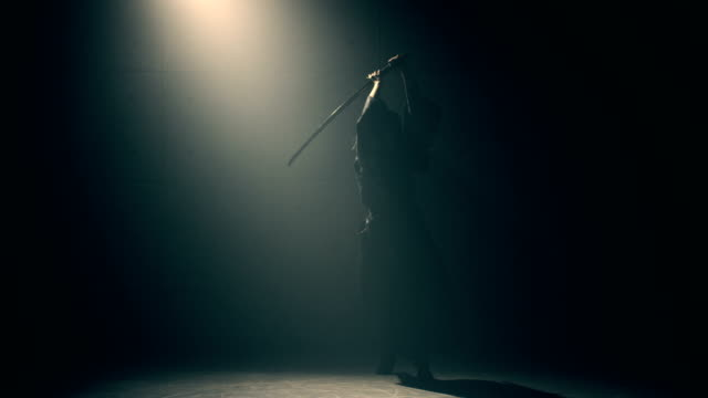 和服用武士刀練武術的女人 - sword 個影片檔及 b 捲影像