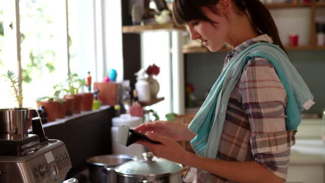 vídeos y material grabado en eventos de stock de mujer en cocina, comida y cocina comprobación tableta digital - woman cooking