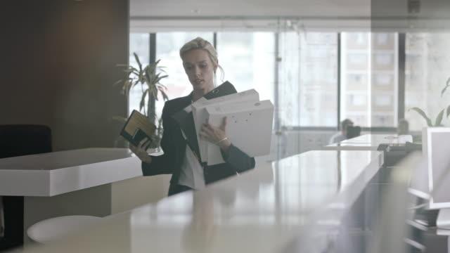 vídeos de stock e filmes b-roll de woman in office - dossier