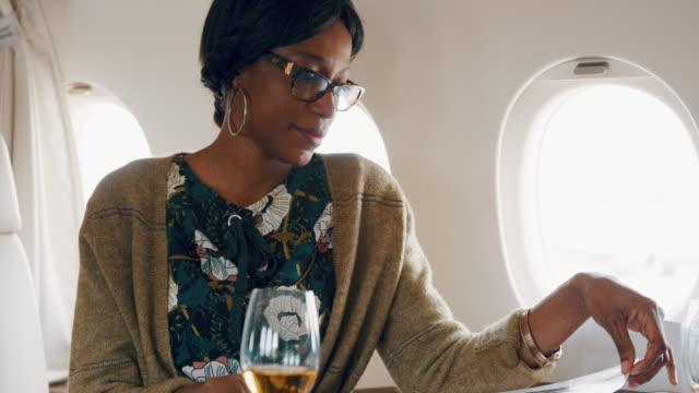 stockvideo's en b-roll-footage met vrouw in prive-jet vliegtuig - woman very rich