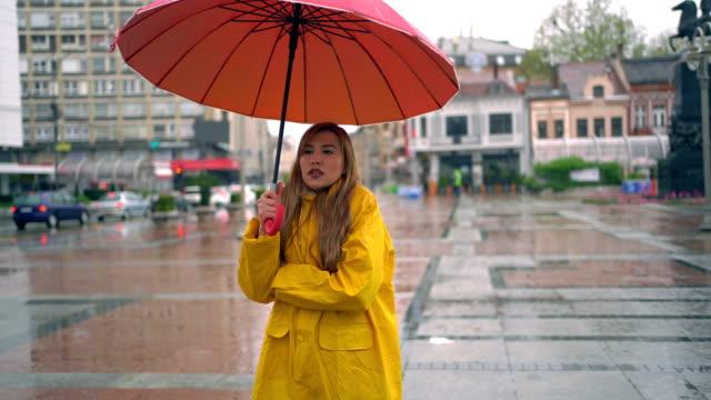 woman in rainy and cold day at the city. - drżeć filmów i materiałów b-roll