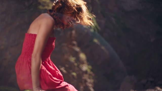 Femme en robe rouge - Vidéo
