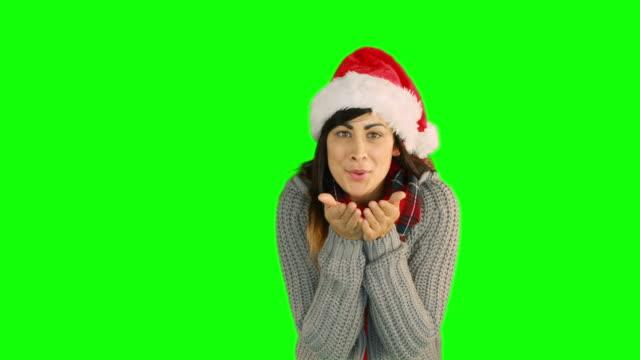 女性の手吹きサンタの帽子 - サンタの帽子点の映像素材/bロール