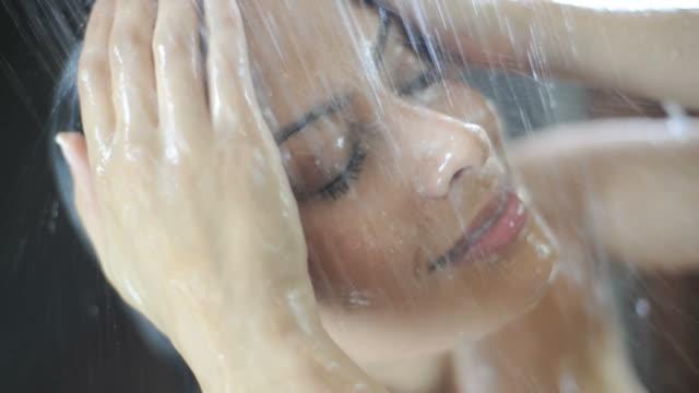 vídeos y material grabado en eventos de stock de mujer en ducha - ducha