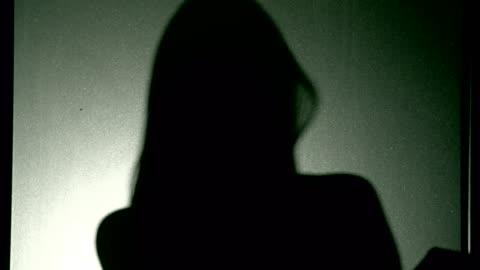 vídeos y material grabado en eventos de stock de mujer en silueta - feminidad