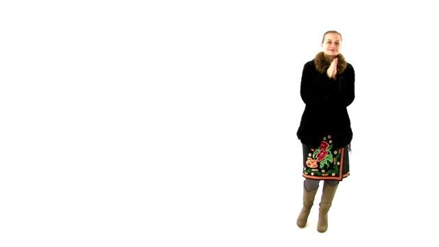 женщина в славянских национальный костюм cold, она придает пуховые варежки. - славянская культура стоковые видео и кадры b-roll