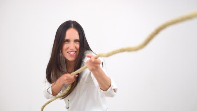 vidéos et rushes de femme en costume tirant une corde - ligoté