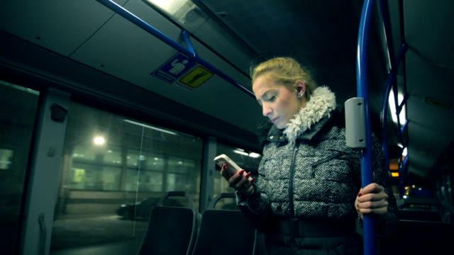 vídeos y material grabado en eventos de stock de mujer en el autobús. - autobús