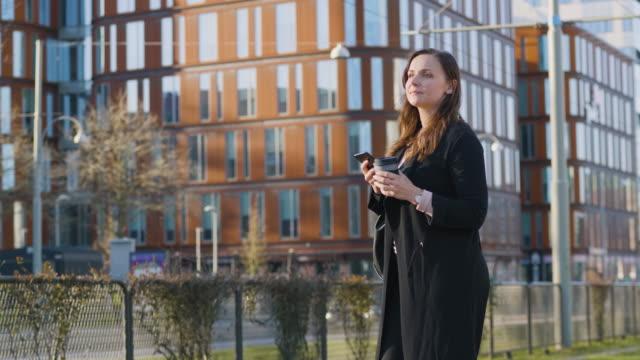 kvinna i staden väntar på spårvagnen - gothenburg bildbanksvideor och videomaterial från bakom kulisserna